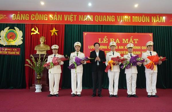 Đồng chí Lê Tiến Nhật, Bí thư Huyện ủy Thanh Trì chúc mừng các tân Trưởng, Phó Công an xã nhận nhiệm vụ