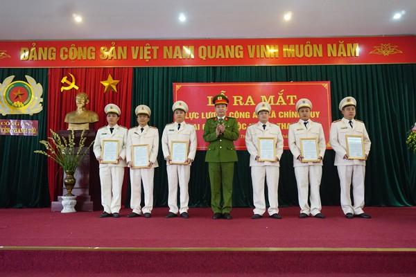 Đại tá Nguyễn Thế Hùng, Trưởng CAH Thanh Trì trao quyết định của Giám đốc CATP cho các đồng chí Công an chính quy đến nhận nhiệm vụ tại các xã