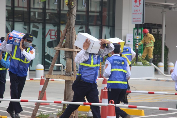 Lực lượng chữa cháy tại chỗ khi phát hiện cháy đã nhanh chóng thoát nạn và cứu hộ hàng hóa ra nơi an toàn