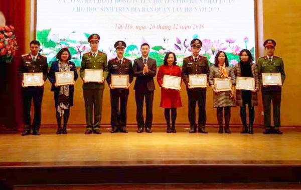 Ông Phạm Xuân Tài trao khen thưởng cho các cá nhân, tập thể có thành tích trong năm 2019