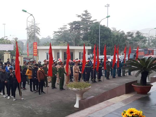 Các lực lượng tham gia diễn tập tại Lễ phát động truyên truyền công tác đảm bảo an toàn PCCC mùa hanh khô huyện Mê Linh