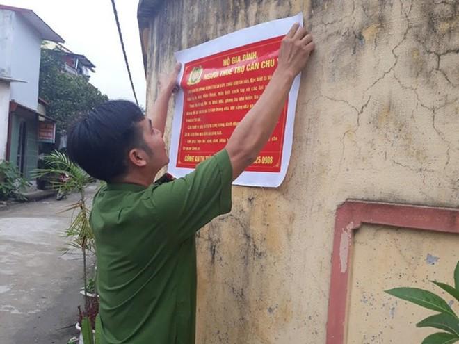 Công an thị trấn Quang Minh dán tờ rơi tuyên tuyền nâng cao ý thức phòng ngừa, tố giác tội phạm