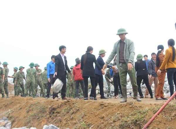 Đông đảo bà con các xã lân cận sân bay Miếu Môn thuộc huyện Chương Mỹ có mặt từ sáng sớm để chuyển đá, đun nước vối động viên, giúp đỡ bộ đội làm nhiệm vụ