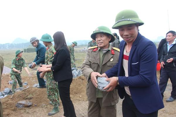 Cựu chiến binh và đông đảo bà con tham gia giúp đỡ, động viên bộ đội làm nhiệm vụ tại sân bay Miếu Môn