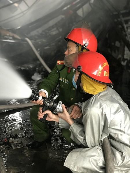 Cảnh sát phòng cháy lao vào biển lửa cứu tài sản