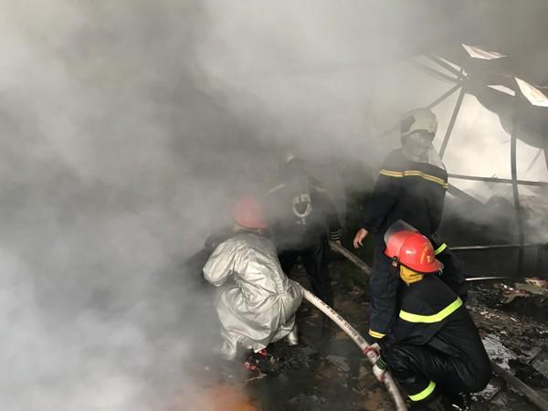 Lực lượng chữa cháy tiếp cận dập lửa nhưng khi phun nước vào đã gặp phải khói bao trùm gây khó khăn tiếp cận, xử lý