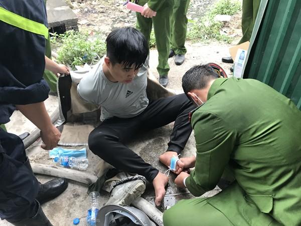 Trong khi làm nhiệm vụ một chiến sỹ đã bị thương nhẹ khiến đồng đội phải hỗ trợ