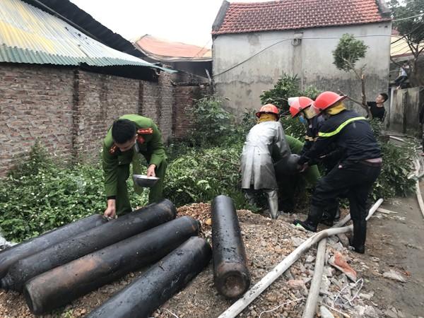 Các chiến sỹ đa không ngại nguy hiểm cứu nạn các bình khí gas ra nơi an toàn tránh phát nổ