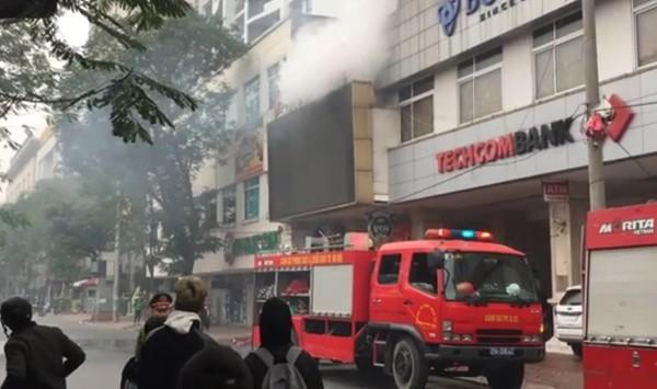 Lực lượng Cảnh sát PCCC và CNCH - CAQ Ba Đình nhanh chóng có mặt tại hiện trường, tổ chức tìm kiếm cứu nạn và chữa cháy