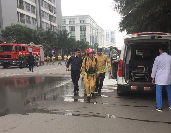 Lực lượng Cảnh sát PCCC và CNCH - CAQ Hoàng Mai diễn tập PCCC và CNCH tại nhà chung cư, cao tầng
