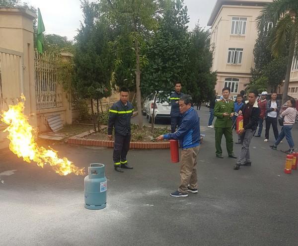Lực lượng Cảnh sát PCCC và CNCH - CAQ Hoàng Mai tập huấn, nâng cao kỹ năng PCCC, cách sử dụng bình chữa cháy