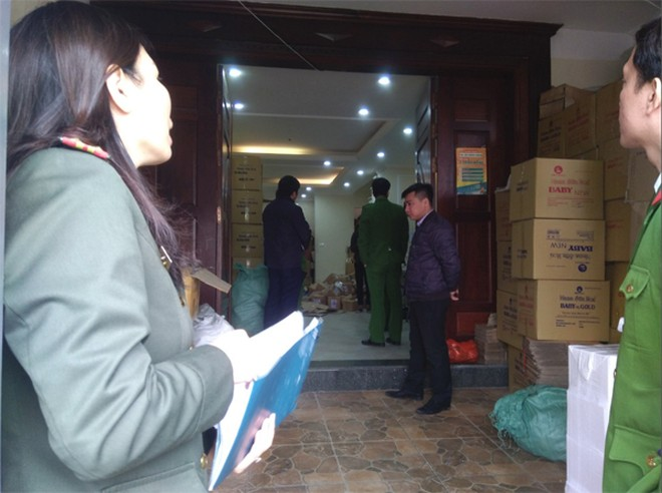 Lực lượng Cảnh sát PCCC và CNCH - CAQ Hoàng Mai kiểm tra cơ sở kinh doanh việc chấp hành an toàn PCCC
