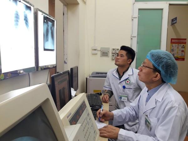 Bác sỹ, Đại tá Trần Công Tuấn đang chẩn đoán bệnh qua hình ảnh trên máy vi tính