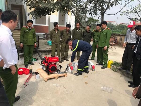 Lực lượng Cảnh sát PCCC và CNCH - CAH Hoài Đức bàn giao, hướng dẫn lực lượng Công an xã sử dụng