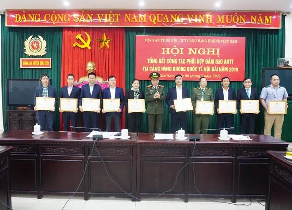 Thiếu tướng Nguyễn Anh Tuấn trao khen thưởng cho các tập thể, cá nhân có thành tích trong công tác phối hợp, đảm bảo ANTT Cảng hàng không Quốc tế Nội Bài
