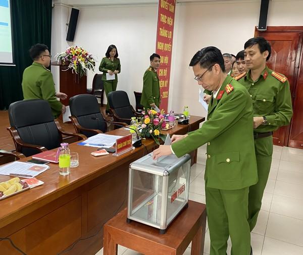 Các Đảng viên bỏ phiếu bầu cấp ủy chi bộ Đội Cảnh sát PCC&CNCH - Công an quận Long Biên