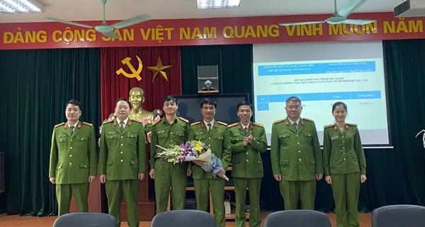 Các đại biểu tặng hoa chúc mừng cấp ủy, chi bộ Đội Cảnh sát PCC&CNCH - Công an quận Long Biên