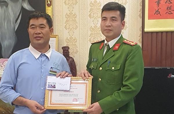 CAH Gia Lâm trao tặng Giấy khen của Giám đốc CATP Hà Nội cho Công ty TNHH Dược liệu Trường Xuân Cụm Công nghiệp Ninh Hiệp - xã Ninh Hiệp - Gia Lâm - Hà Nội