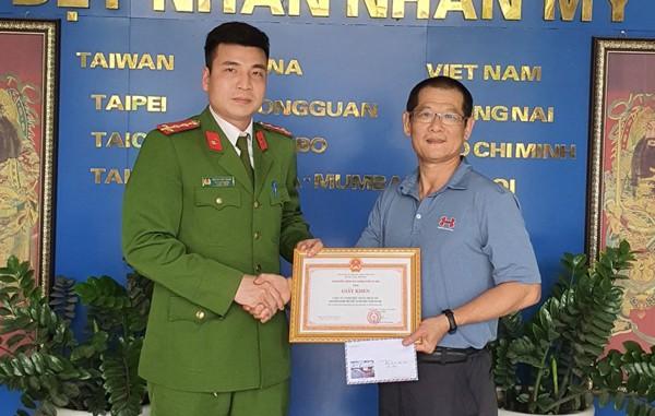 Đại diện Ban chỉ huy Đội Cảnh sát PCCC và CNCH - CAH Gia Lâm trao Giấy khen cho Công ty TNHH Dệt nhãn Nhân Mỹ, Cụm Công nghiệp Ninh Hiệp - xã Ninh Hiệp - Gia Lâm - Hà Nội