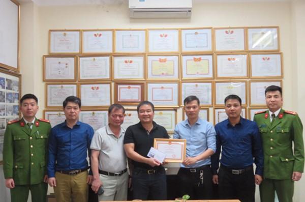 Ban chỉ huy Đội Cảnh sát PCCC và CNCH - CAH Gia Lâm trao tặng Giấy khen cho Công ty TNHH Hoa San - Cụm Công nghiệp Phú Thị - Gia Lâm - Hà Nội