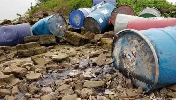 Số thùng phuy nghi chứa chất thải nguy hại tập kết bên bờ sông Hồng
