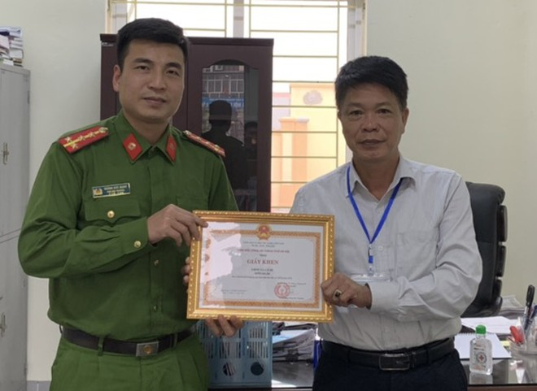 Đại diện CAH Gia Lâm trao tặng Giấy khen cho UBND xã Cổ Bi