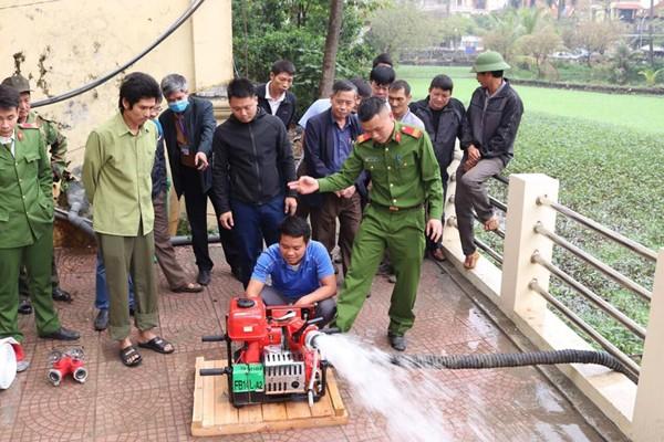 Đội Cảnh sát PCCC và CNCH - CAH Hoài Đức hướng dẫn đội chữa cháy cơ sở xã Lại Yên sử dụng máy bơm áp lực mạnh