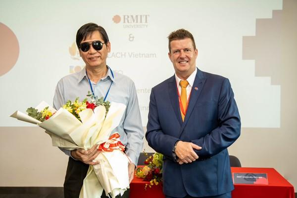Ông Nguyễn Đình Kiên - Ủy viên Ban Thường vụ Hội Người mù Việt Nam, Chủ tịch Hội Người mù TP. Hồ Chí Minh và Giáo sư Rick Bennett tại Buổi ký biên bản ghi nhớ