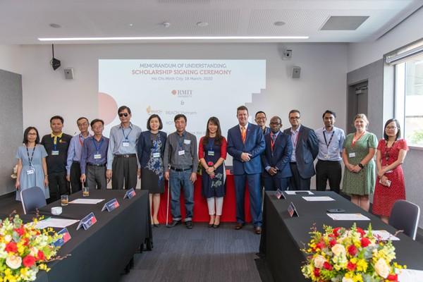 RMIT ký hợp tác với 4 tổ chức phi lợi nhuận gồm REACH, KOTO, Hội người mù Việt Nam và Trung tâm Vì người mù Sao Mai, để trao 4 suất học bổng, trị giá bình quân 1,5 tỉ đồng mỗi suất tại RMIT Việt Nam vào ngày 18/3/2020