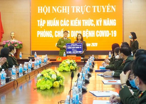 Đại diện Bộ Công an tặng quà, động viên CATP Hà Nội làm tốt nhiệm vụ trên tuyến đầu phòng chống dịch bệnh Covid-19