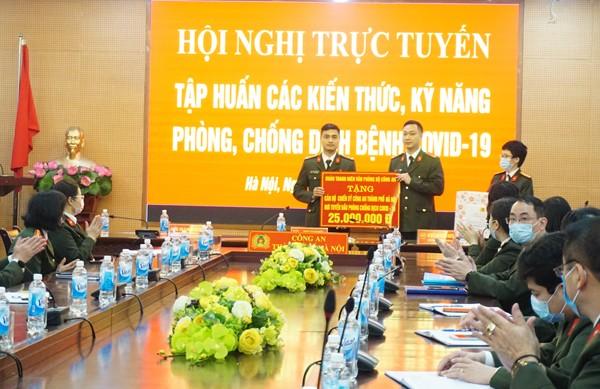 Đoàn Thanh niên Văn phòng Bộ Công an trao quà động viên cán bộ, chiến sĩ Công an Hà Nội