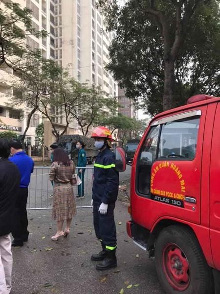 Lực lượng Cảnh sát PCCC và CNCH - CAQ Hoàng Mai làm nhiệm vụ tại chốt trong khu vực cách ly Pháp Vân - Tứ Hiệp