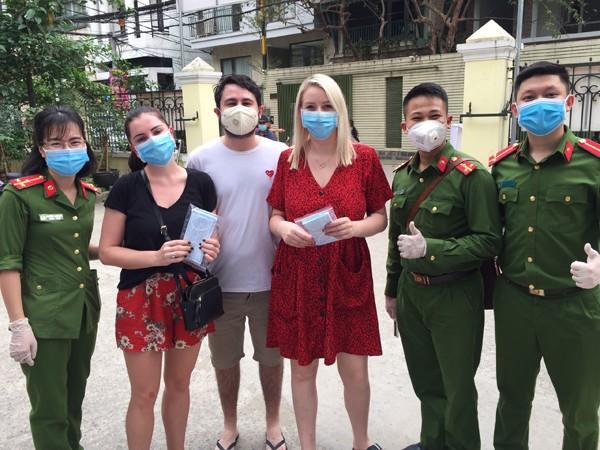 Nhiều du khách nước ngoài bày tỏ rất trân trọng cảm ơn hành động ý nghĩa của CBCS - CAP Quảng An