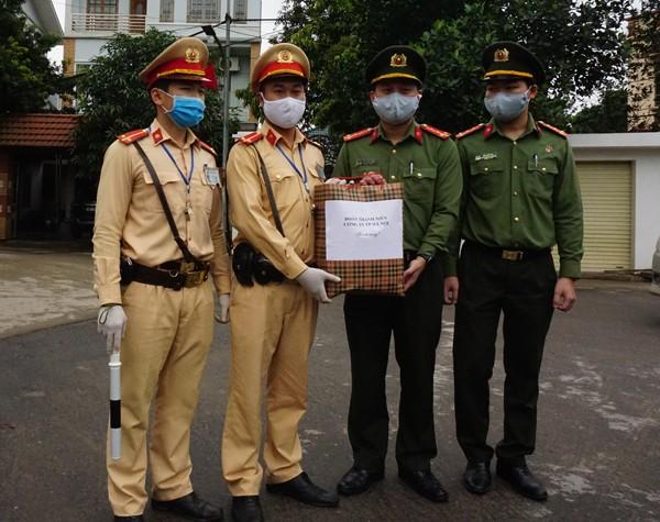 Đoàn Thanh niên tặng quà động viên chốt kiểm dịch đầu cầu Trung Hà