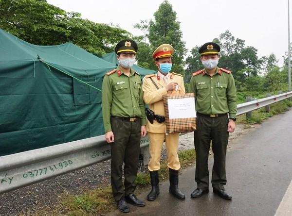 Đoàn Thanh niên tặng quà động viên chốt kiểm dịch đầu cầu Vĩnh Thịnh