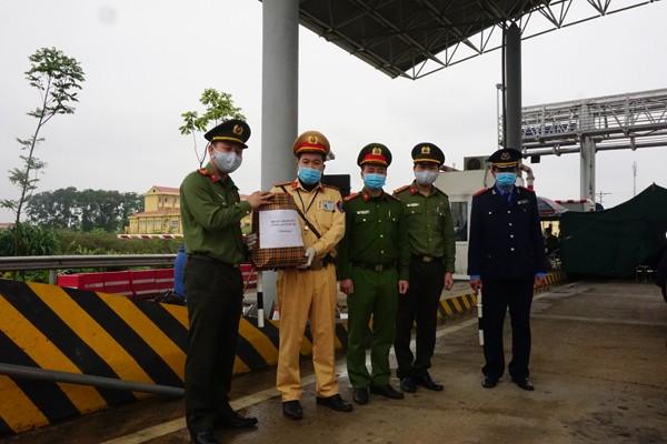 Đoàn Thanh niên CATP tặng quà động viên chốt kiểm dịch Trạm soát vé Văn Lang