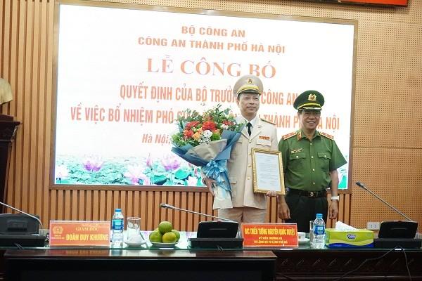 Trung tướng Đoàn Duy Khương, Giám đốc CATP thừa ủy quyền của Bộ trưởng Bộ Công an trao quyết định bổ nhiệm Đại tá Nguyễn Hồng Ky giữ chức vụ Phó Giám đốc CATP Hà Nội