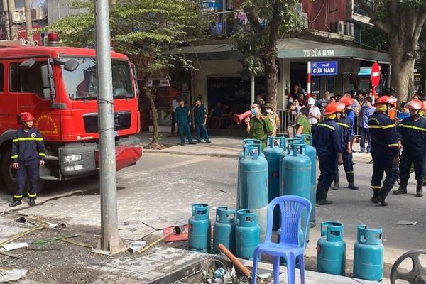 Hàng chục bình gas được Cảnh sát PCCC đưa từ trong quán ra ngoài, sau khi xảy ra vụ nổ