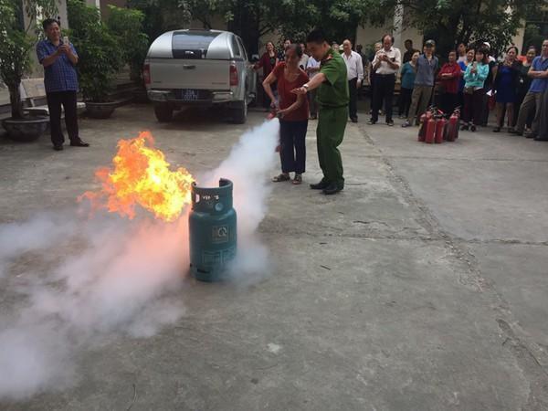 Cảnh sát PCCC và CNCH - CATP Hà Nội tuyên truyền, hướng dẫn người dân sử dụng an toàn PCCC đối với khí gas