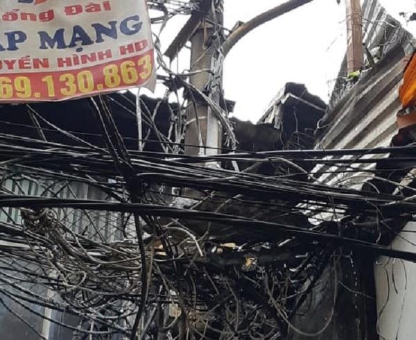 Hệ thống điện trước cửa nhà cũng bị lửa làm hư hỏng thiết bị