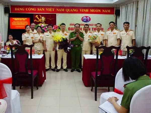 Đại tá Nguyễn Thanh Tùng chúc mừng Ban chấp hành Đảng bộ Phòng KTHS nhiệm kỳ 2020-2025