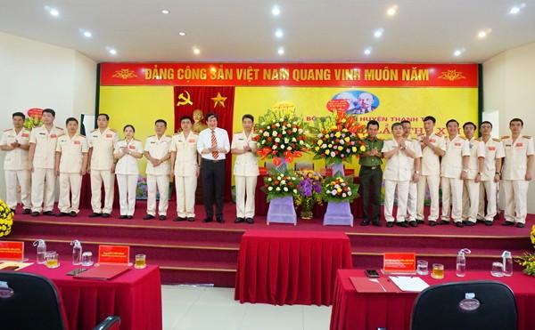 Thiếu tướng Nguyễn Anh Tuấn, Phó Giám đốc CATP và đồng chí Lê Tiến Nhật, Bí thư huyện ủy Thanh Trì chúc mừng Ban chấp hành Đảng bộ CAH Thanh Trì nhiệm kỳ 2020-2025