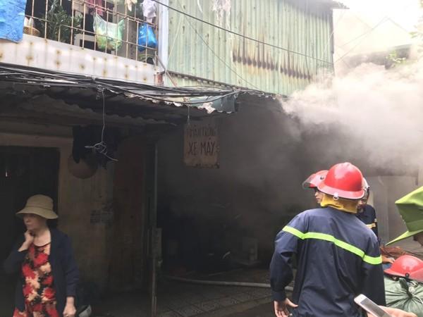 Căn nhà xảy cháy chứa nhiều hàng hóa, đồ nhựa đã phát sinh khói khí độc gây khó khăn cho lực lượng cứu hỏa