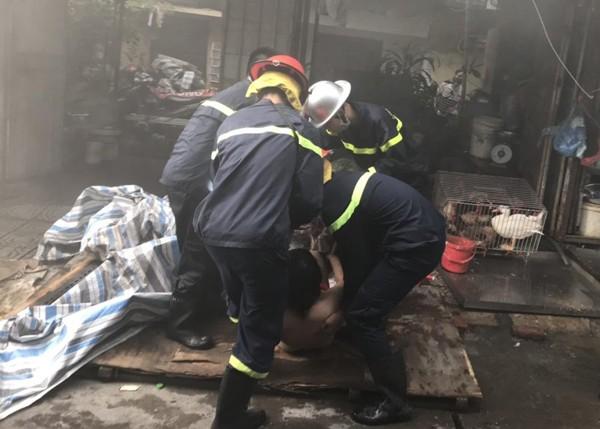 Một trong nạn nhân mắc kẹt do bi bệnh không di chuyển được nên lực lượng cứu hỏa đã tập trung đưa xuống nơi an toàn