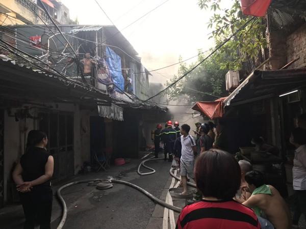 Lực lượng Cảnh sát PCCC và CNCH- CAQ Hai Bà Trưng cứu và hướng dẫn thoát nạn 13 người khỏi nguy hiểm