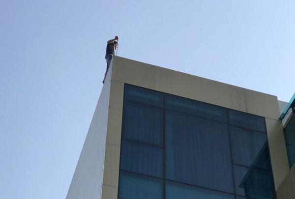 Nam thanh niên vắt vẻo trên nóc ngôi nhà 4 tầng