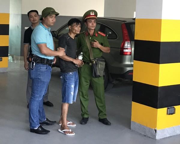 Lực lượng cứu nạn, cứu hộ - CAQ Nam Từ Liêm đã tiếp cận đưa đối tượng nghi ngáo đá xuống đất an toàn