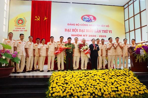 Thiếu tướng Nguyễn Anh Tuấn, Phó Giám đốc CATP Hà Nội và đồng chí Nguyễn Văn Thắng, Bí Thư Quận ủy Tây Hồ chúc mừng Ban Chấp hành Đảng bộ CAQ Tây Hồ nhiệm kỳ 2020-2025