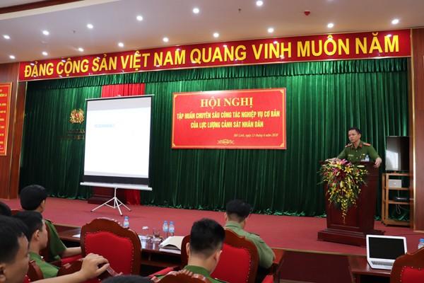 Thiếu tá, Thạc sĩ, Giảng viên chính Phan Tân Hoài, Tổ trưởng Bộ môn Nghiệp vụ cơ bản, Khoa nghiệp vụ cơ bản, Học viện Cảnh sát nhân dân phổ biến nội dung tập huấn cho CBCS - CAH Mê Linh
