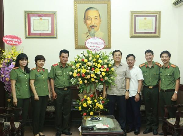 Thiếu tướng Nguyễn Anh Tuấn cùng đoàn công tác CATP chúc mừng Báo Hà Nội Mới